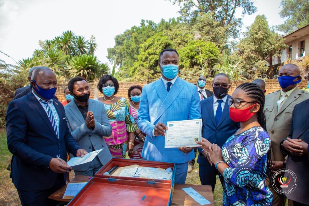 Tony Mwaba remet officiellement les diplômes d'État 2020 aux finalistes du secondaire